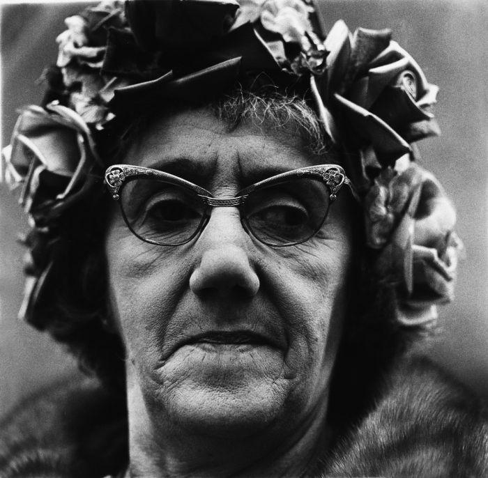 Diane Arbus, Donna che indossa il cappello con i fiori e gli occhiali a farfalla, New York 1967.