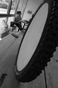 fahrradreifen pinnwand in 2018 upcycling projekt pinterest fahrradreifen dachlatten und. Black Bedroom Furniture Sets. Home Design Ideas