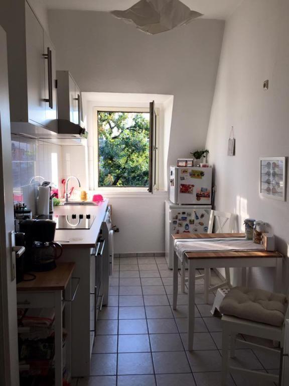 Gemütliches Küche in Frankfurt am Main mit Fliesenboden und Blick