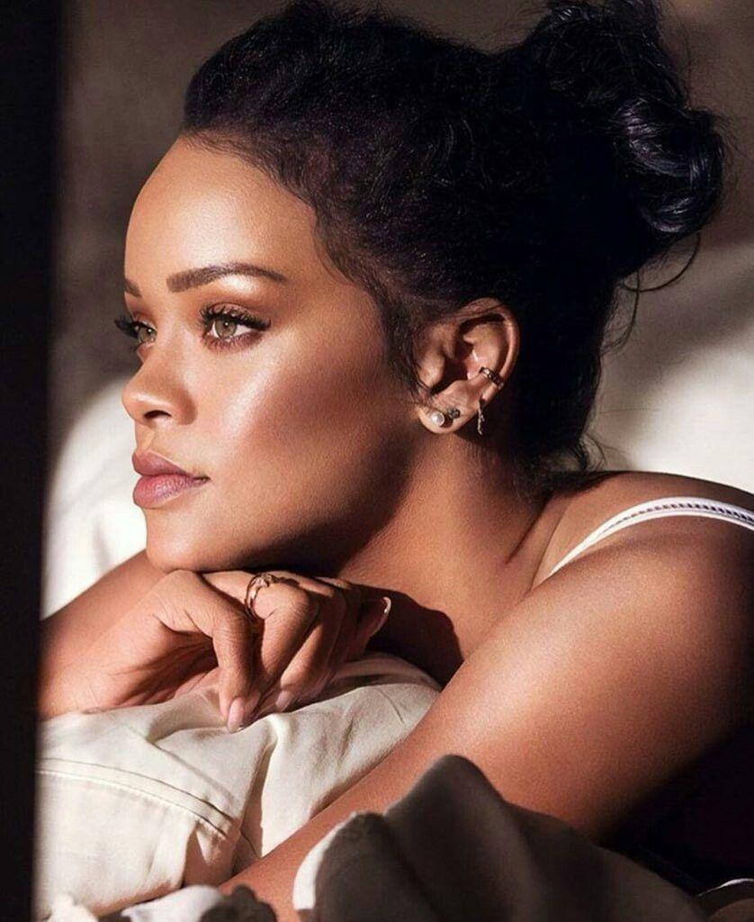 Rihanna Makeup Natural Make Ip Soft Glam Rihanna Makeup Natural Make Ip Soft In 2020 Rihanna Makeup Rihanna Makeup Natural Rihanna Looks