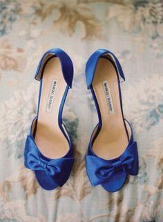 35dcf7b7b6a3a9 Weddbook ♥ Bleu roi Manolo Blahnik satin peep toe shoes mariage avec l'arc  mignon. Chaussures de mariée idées. Photographie par desibaytan.com  classique ...