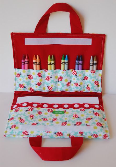 This DIY art folio is the perfect way to carry your crayons on the go! #travelingcrafts #sewingproject #ideasforparents