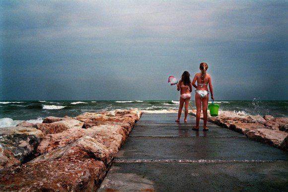 u danske sommer, jeg elsker dig,  skønt du så ofte har sveget mig.  Snart kolde farver i sky og vand,  snart nøgne piger ved hver en strand.