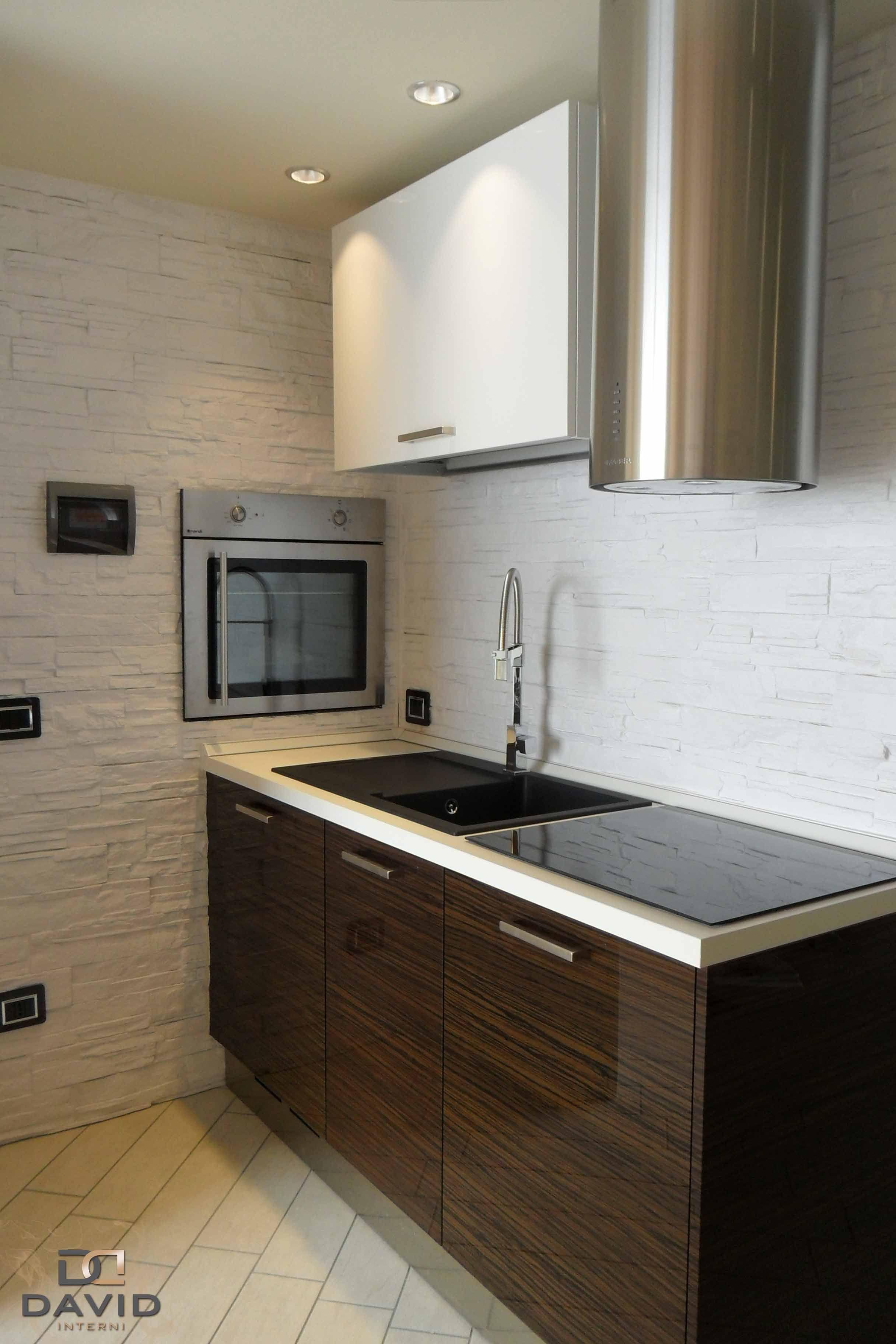 Cucina su misura in laccato bianco e ebano con elettrodomestici in ...