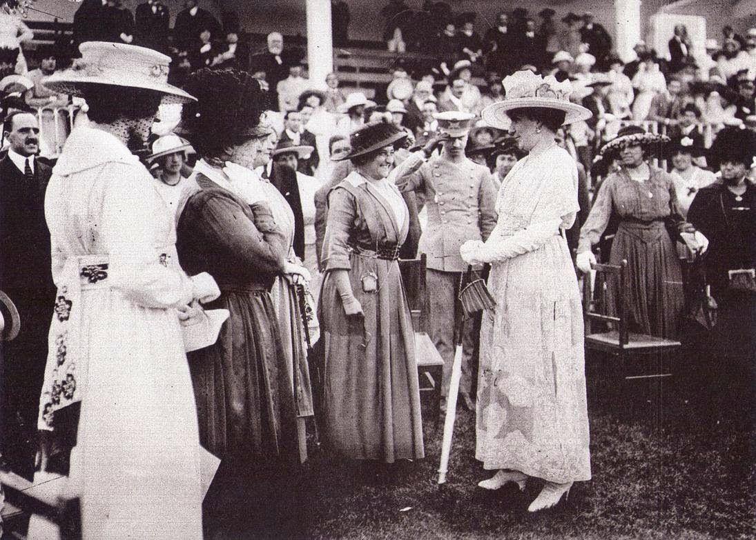La reina Victoria Eugenia charla con la actriz María Guerrero en el hipódromo del Paseo de la Castellana. Hacia 1920