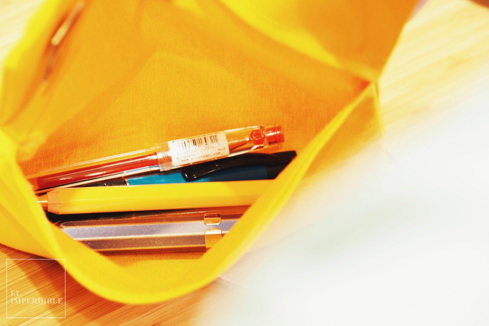 El Hightide Penco Field Roll Case es tan versatil que sirve tanto para guardar unos pocos bolígrafos como para llevar cuadernos de bolsillo o todos los cables y accesorios del ordenador. Foto por Asier G. Morato.