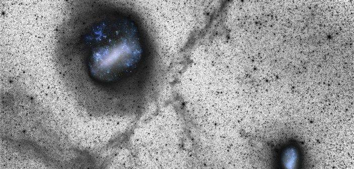 Imagen de gran campo con imágenes del sistema de Magallanes superpuestas. La LMC está situada arriba a la izquierda y la SMC abajo a la derecha. Crédito: Besla et al. 2016. Observaciones recientes de la Gran Nube de Magallanes, una galaxia satélite de la Vía Láctea, han revelado un débil arco de estrellas que se extiende desde su borde norte. El hecho de que no se detecte ninguna estructura en la región del sur sugiere que las estructuras fueron causadas por interacciones entre las 2…