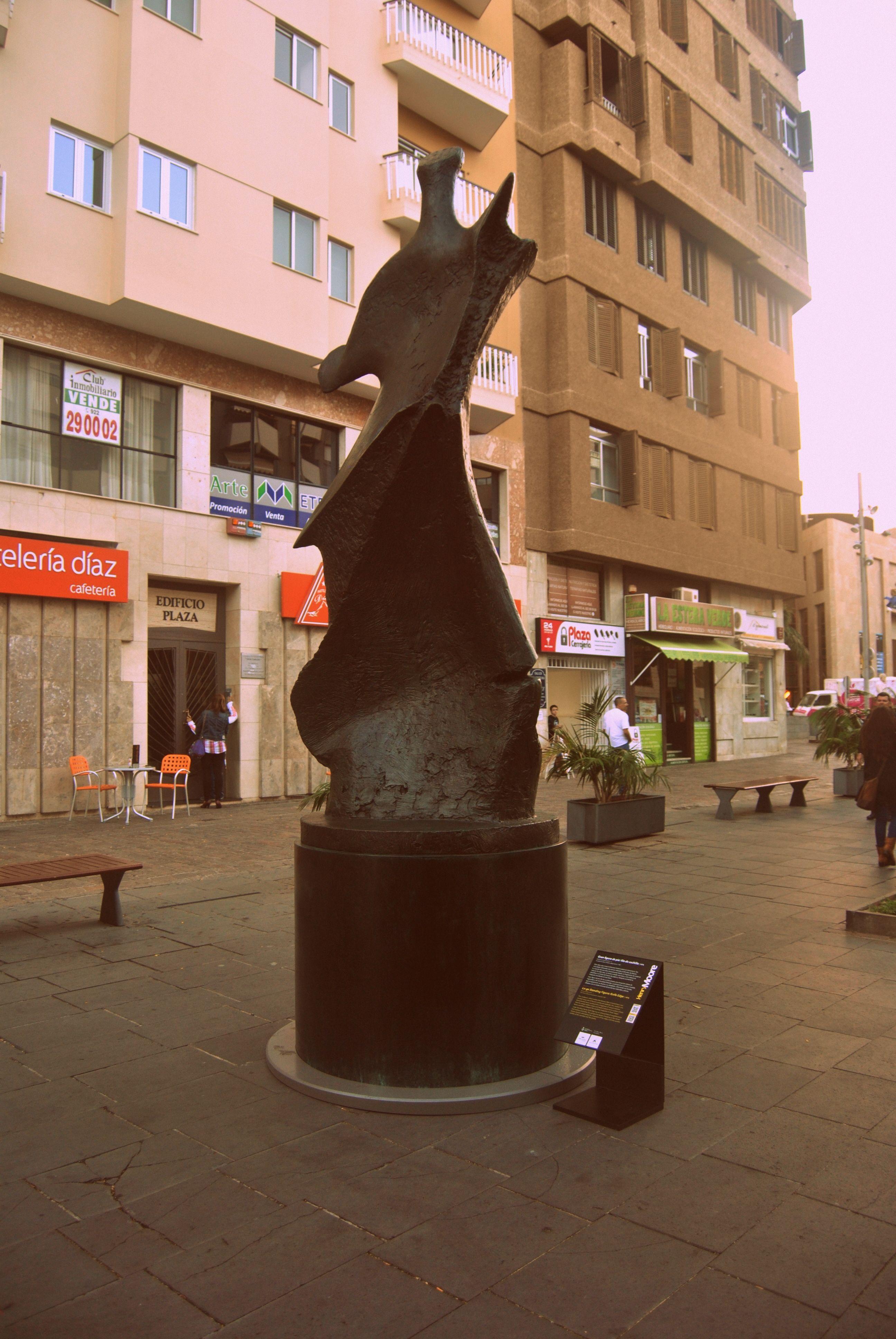 """Gran figura de pie: filo de cuchillo (Henry Moore) """"Arte en la Calle"""" C/Valentín Sanz (hasta el 1/12/13)"""