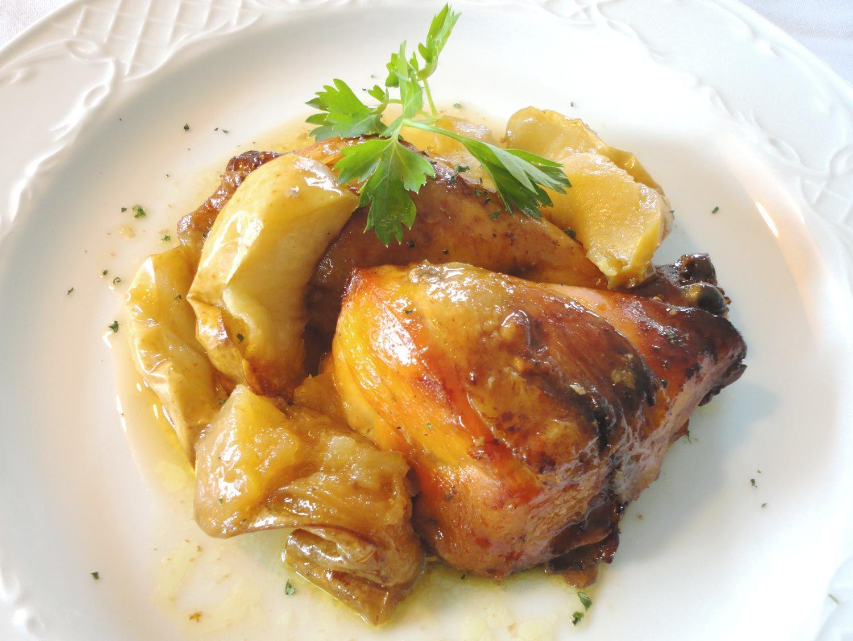 ¿Puede un asado ser económico sin desprestigiar por ello todo el sabor? Pues sí: Pollo al horno con manzanas y canela. ¡Espectacular! http://blog.cosasderegalo.com/2013/03/receta-de-pollo-al-horno-con-manzanas-y-canela/