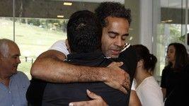 Jairzinho abraça o filho do ator de Fofão no velório (Celso Tavares / Ego)