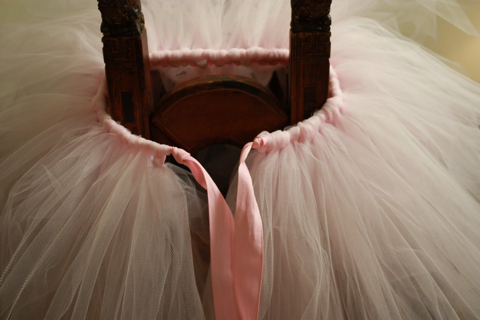 Super cute and no sew tutu tutorial. Guess what my little girl will be wearing for birthday pics??? Isn't that a Phil Collins song? Tu-tu-torial whoa ohhh : )