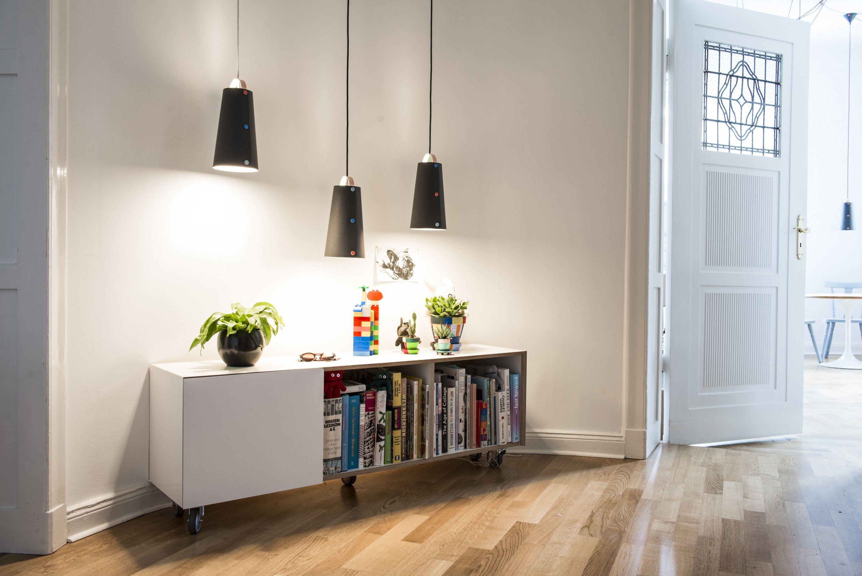 Entdecke unsere Designerlampe unserer Young Talents aus Berlin! Diese handgefertigte Lampe der Marke WERKOW Berliner Möbel strahlt nicht nur Licht, sondern auch eine Einfachheit und Direktheit aus, die sich in modernen, Retro oder...