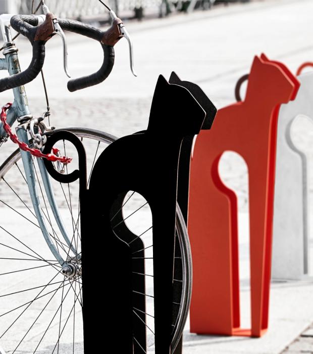 Mici è il porta bici di design per arredo urbano o giardino. Progettato per inserire in sicurezza ogni tipo di bicicletta, dalle mountain bike a quelle per bimbi. Realizzato in acciaio carbonio verniciato a polvere. Disponibile in 3 colori.