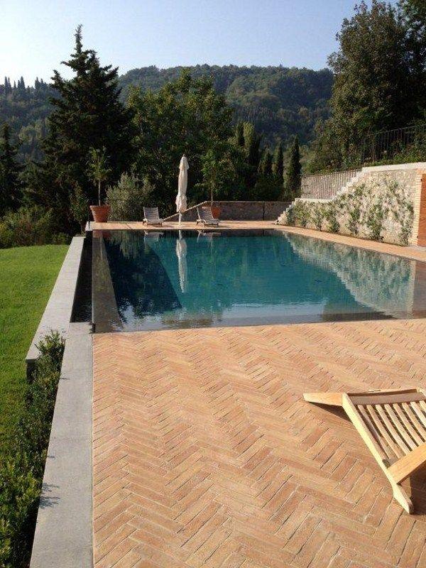 Piscine à débordement avec cascade Piscine à débordement by INDALO - construire sa piscine beton