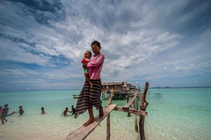 Connaissez-vous les Bajaus ?! Ce peuple qui vit sur l'eau depuis des générations... non ? Eh bien cet article va vous faire découvrir un peuple magnifique, aux conditions de vie originales. #nature #mer #lifestyle #bajaus