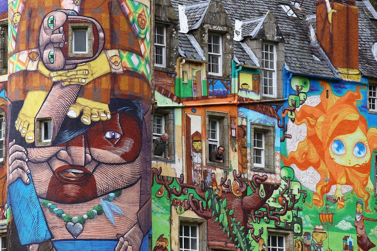 Kelburn Castle, il castello scozzese con i graffiti trasformato dagli artisti di strada nel tempio della psichedelia (FOTO)