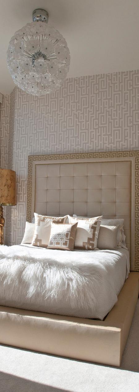 Dormitorio en tonos crudos.  Pared de papel pintado
