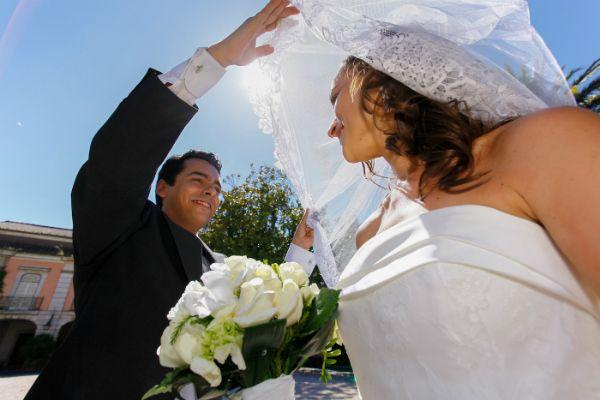 Noivos no jardim do Museu Nacional do Traje. #casamento #noivos #vestidodenoiva #veu #bouquet #Portugal #Lisboa #MuseuNacionaldoTraje