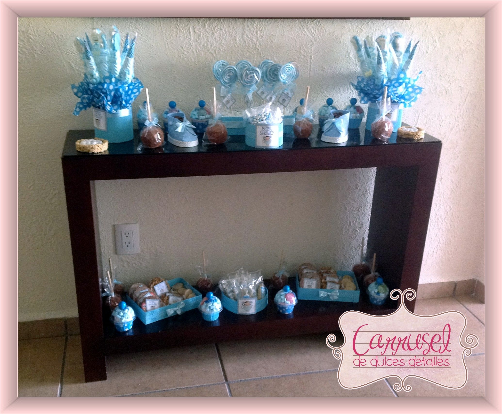 Mesa de dulces totalmente personalizada en tonos azul con for Mesa baby shower nino