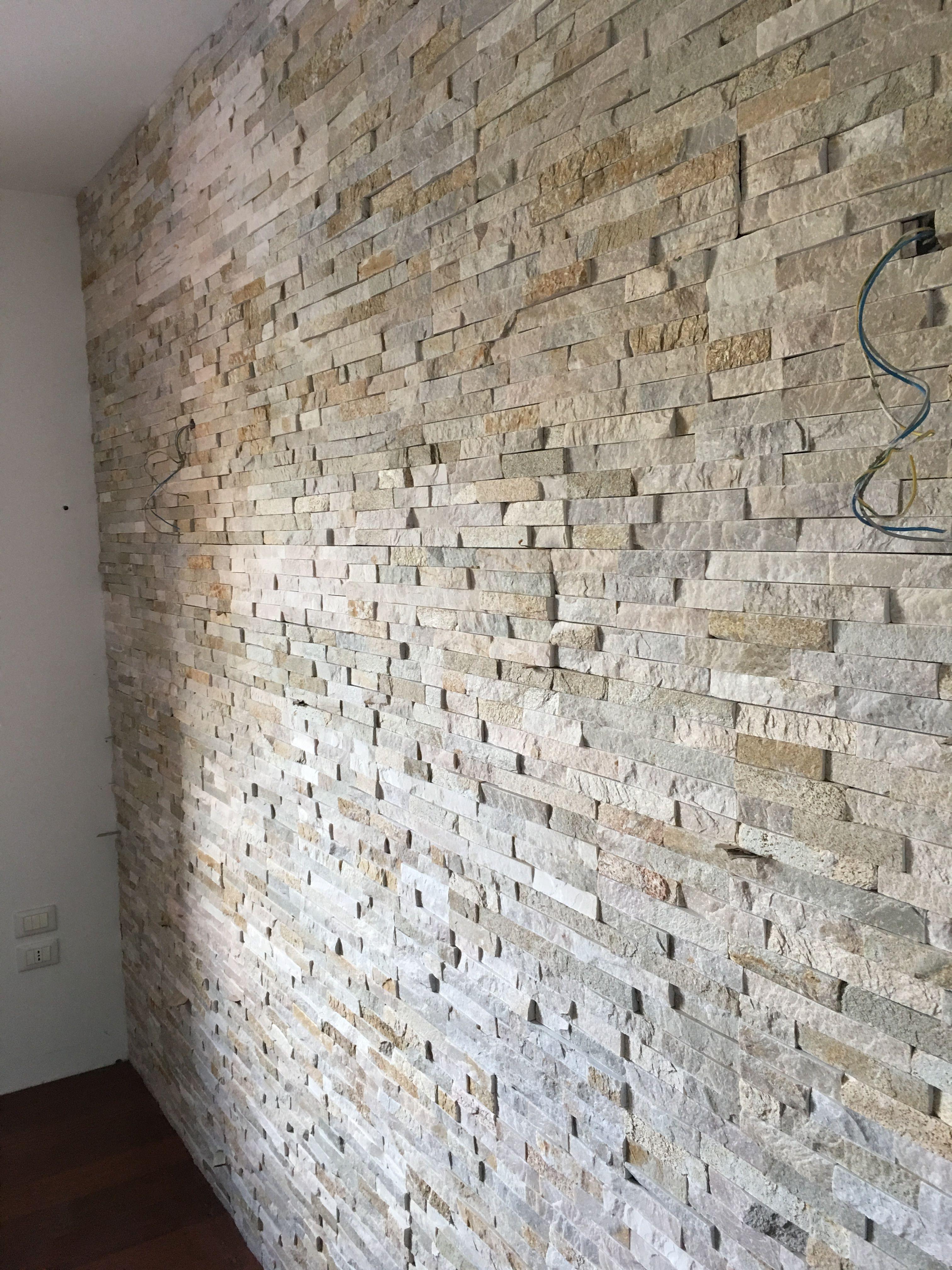 Soggiorno Con Pietra A Vista parete in pietra di quarzite di un soggiorno a formeniga