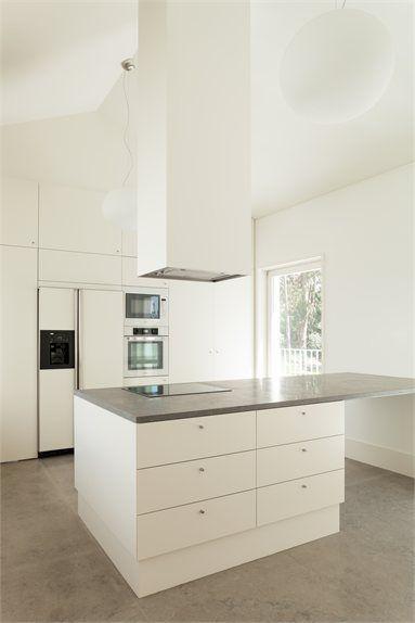 Cocina blanca minimalista con isla central para zona de for Diseno cocinas con isla central