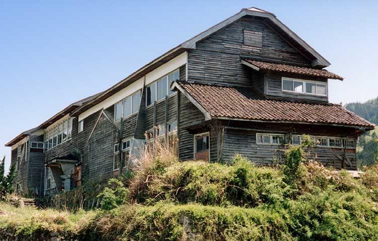 田舎で見た物 西宗の木造校舎 工場として使用中 校舎 木造 建築