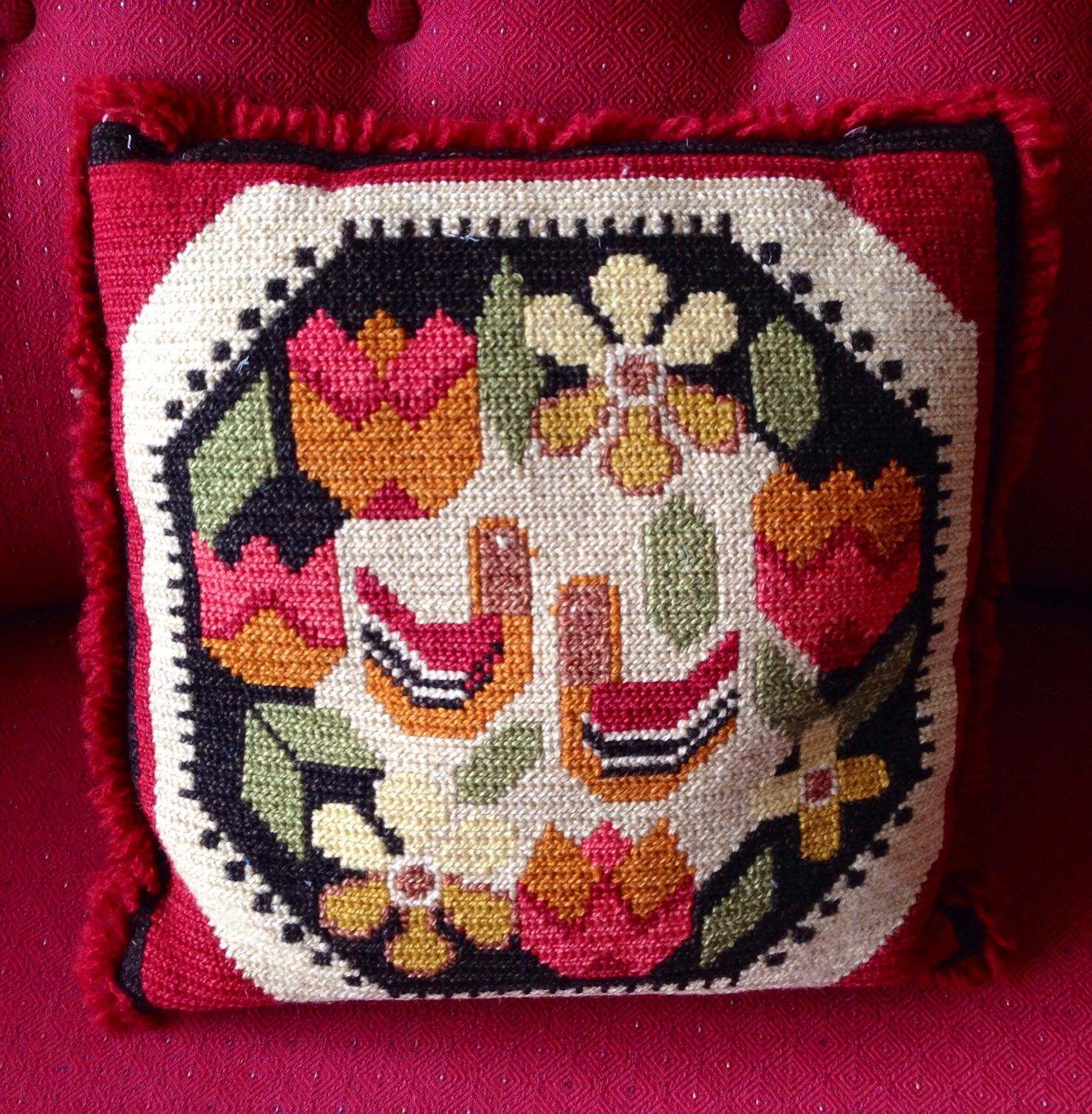 Cushion in tvistsöm = longlegged cross stich