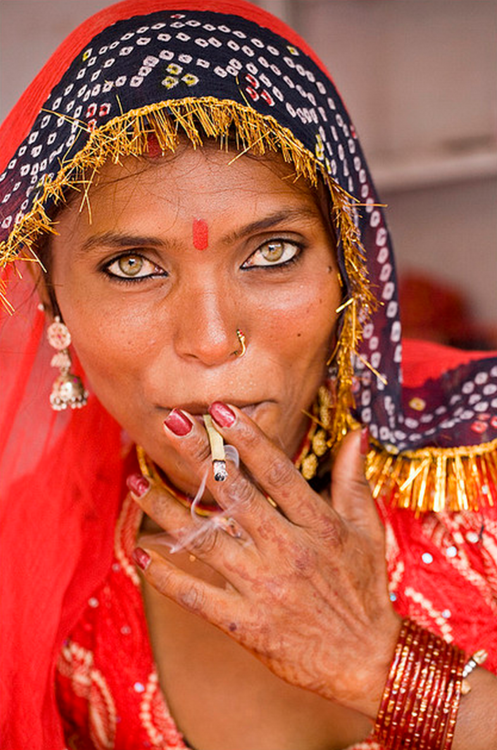 vi-bra-nt | faces | India people, World cultures, Women smoking