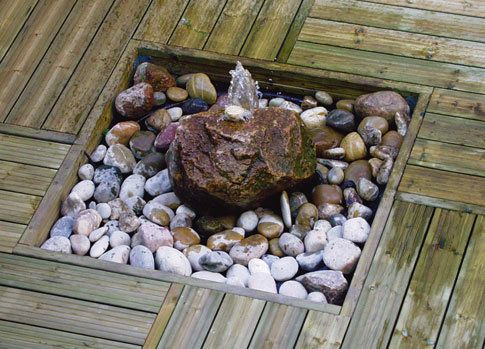 Quellsteinbrunnen Möbel holz, Holzterrasse und Wasser