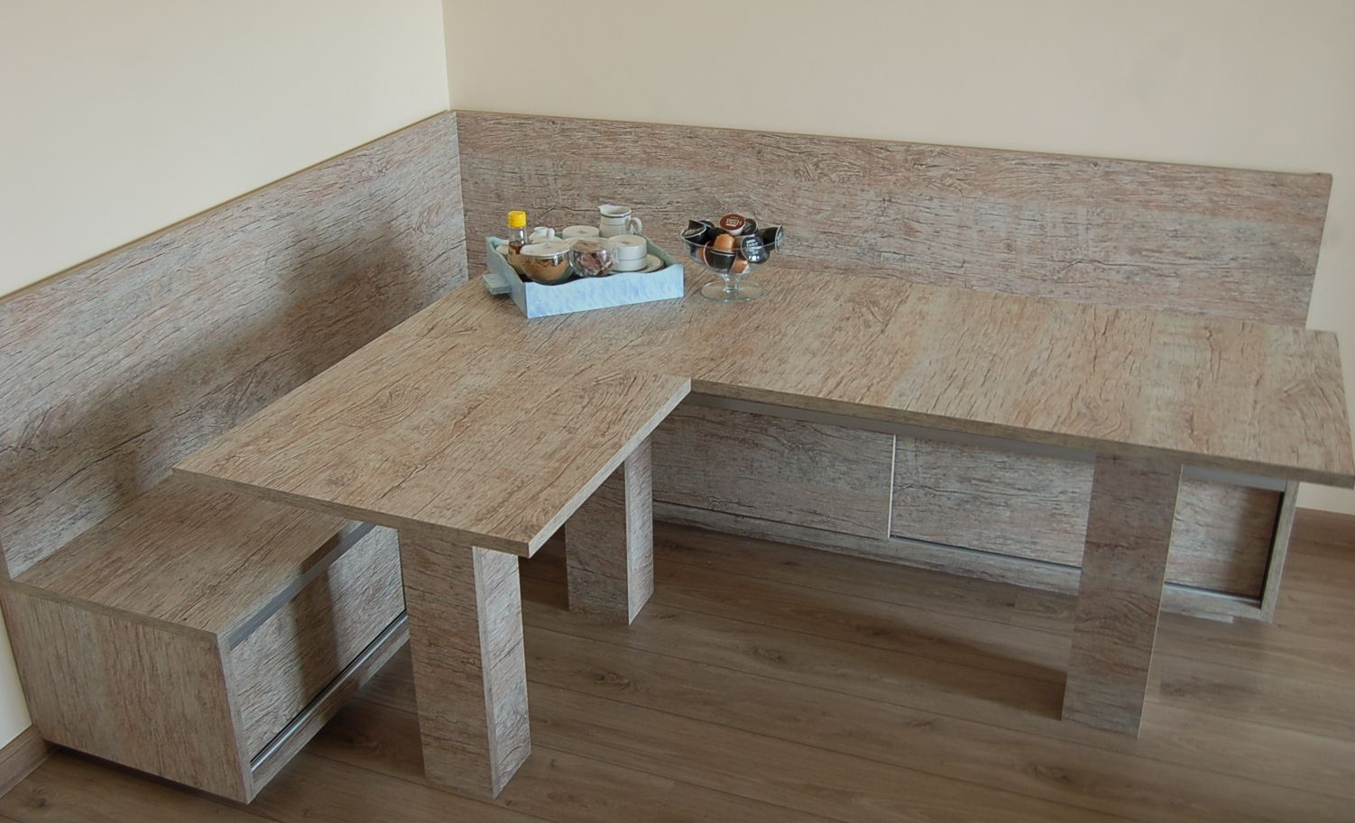 Sala com mesa de Canto Alem?o, com arm?rios funcionais embaixo dos ...