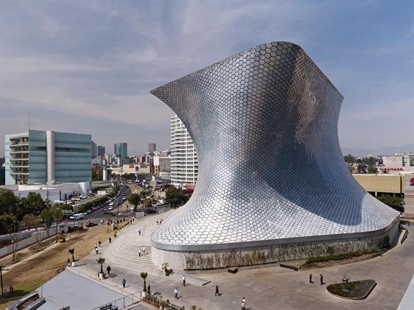 Museo Soumaya Plaza Carso | Se encuentra ubicado en la Ciudad de México y expone parte de la colección privada de arte del empresario mexicano Carlos Slim. Su nombre honra la memoria de Soumaya Domit Gemayel, esposa del empresario, fallecida en 1999.