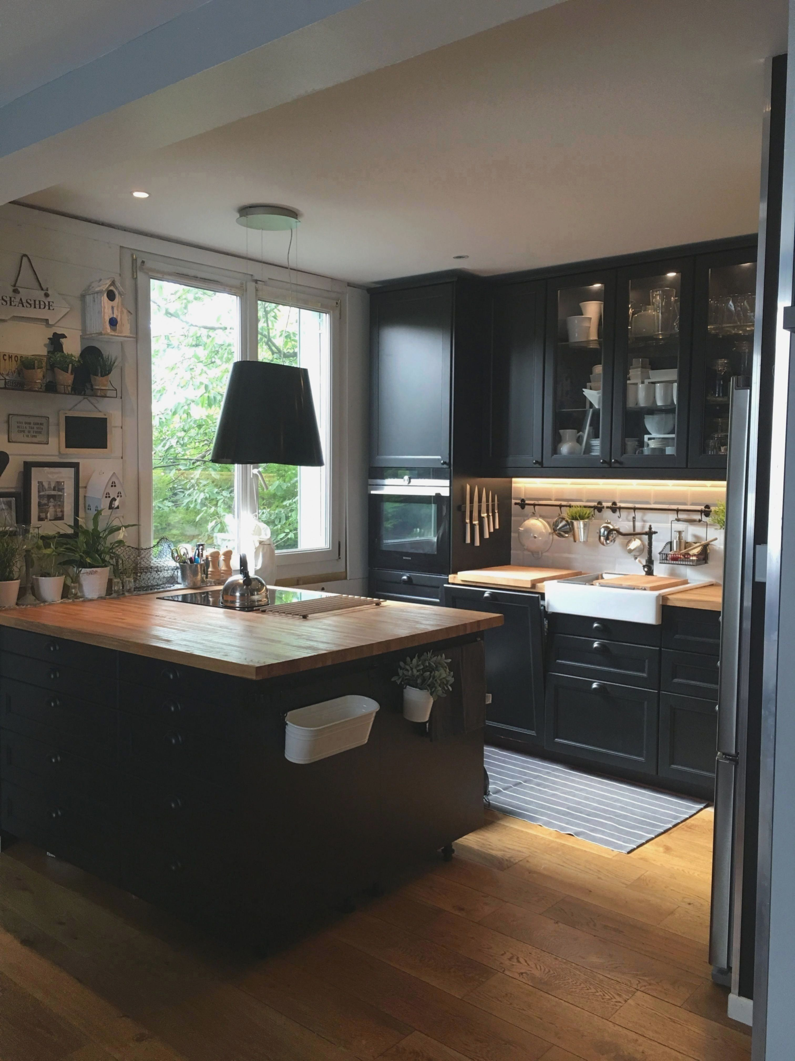I love this black ikéa kitchen with this raw wood worktop