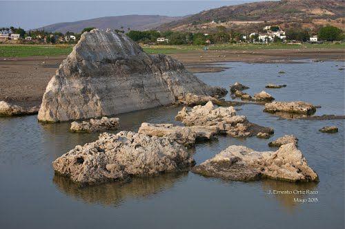 Piedras en el área geotérmica dentro del Lago de Chapala
