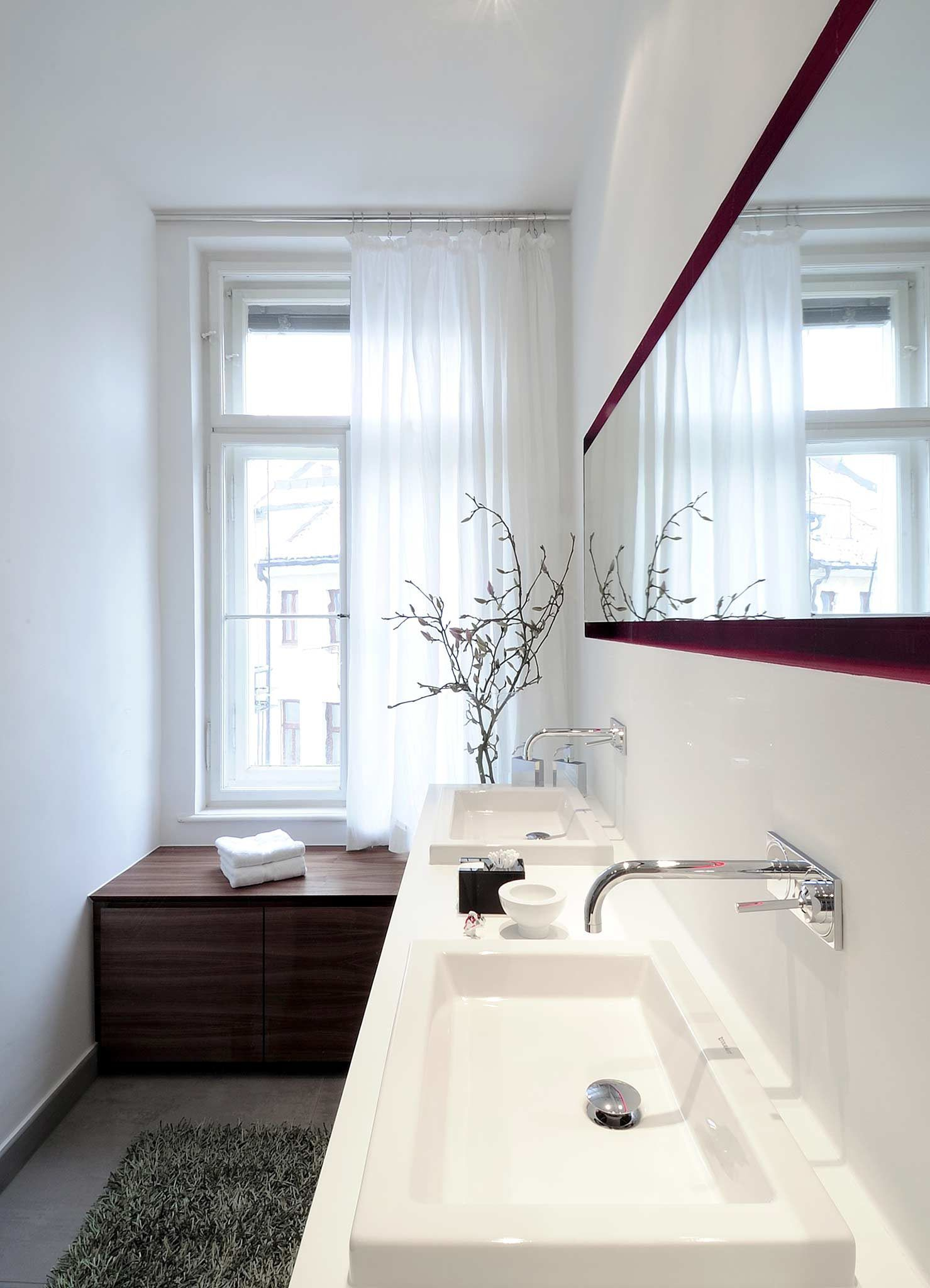 Weiß Und Grau Herrschen Im Asiatischen Badezimmer