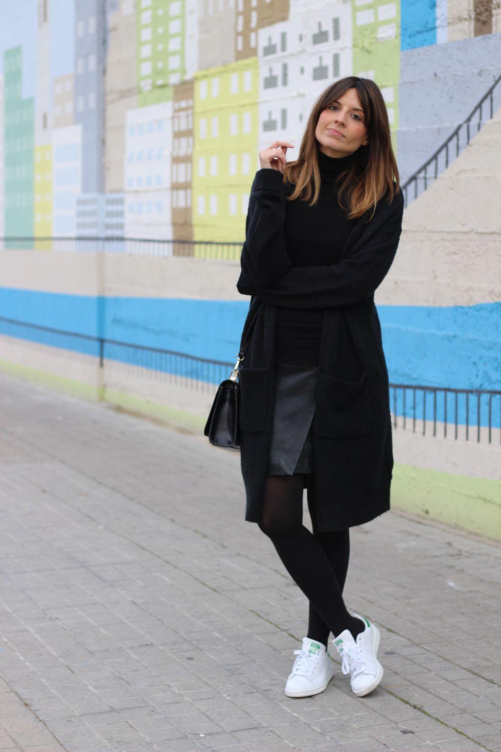 Fashion blogger con zapatillas blancas adidas stan smith