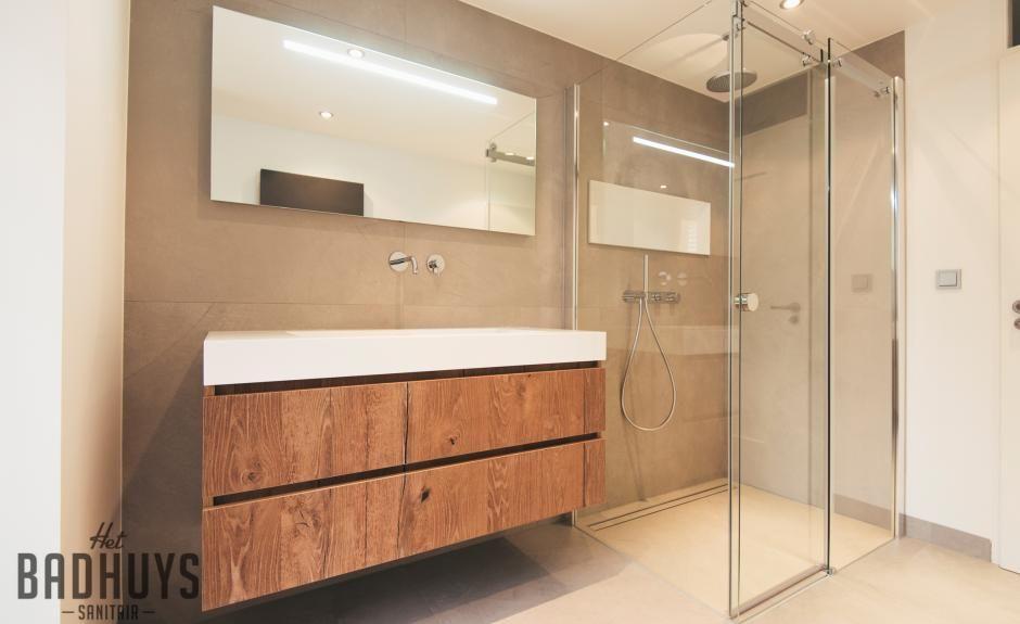 Warme Rustieke Badkamer : Badkamer met warme uitstraling en ruime inbouwkast het badhuys
