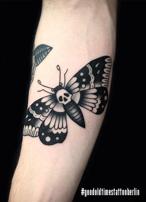 Supercool Moth Done By Sindy Melo At Goodoldtimestattooparlor Berlin Tattoos Flame Tattoos Moth Tattoo