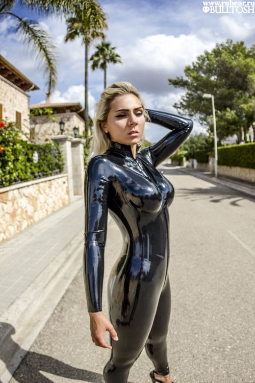 latex catsuit anziehen blue haeven de