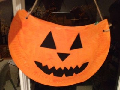 A simple paper plate is ideal for painting as a pumpkin and you can go one step further and make it into a treat bag for Halloween.