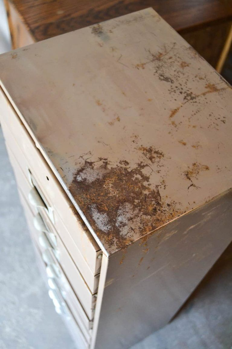 DIY Metal Cabinet Makeover With Paint - Metal cabinet, Metal storage cabinets, Painting metal cabinets, Vintage metal cabinet, Cabinet makeover diy, Cabinet makeover - Have an old, rusted, metal cabinet in your garage  This DIY Metal Cabinet Makeover idea will have it out of your garage and into your home in no time!