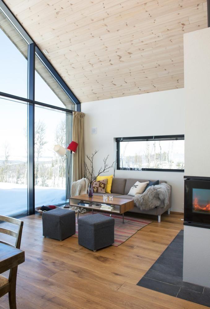 LYST OG ÅPENT: Hyttas hovedrom er stue og kjøkken i åpen løsning med ...
