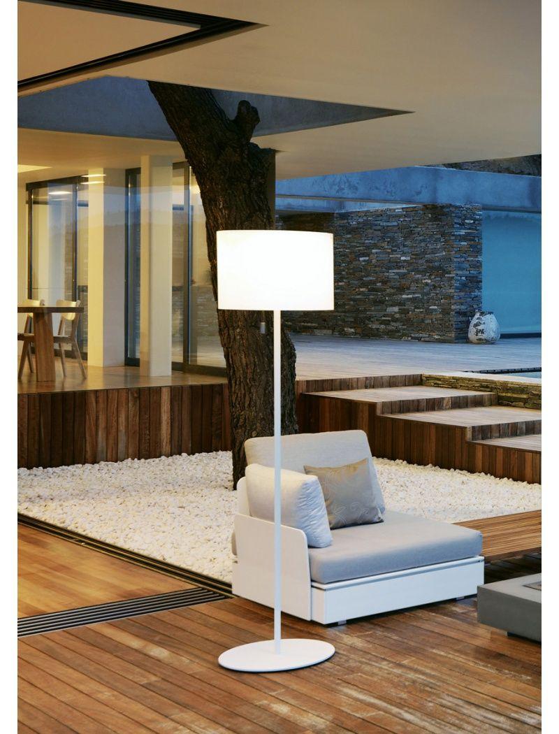 La lampe Zoe solar Lightde Viteo est un luminaire d'extérieur très original qui s'inspire des lampes de salon pour un effet cosy assuré. https://www.jardin-concept.com/p-lampe-zoe-solar-light-51-2889.html