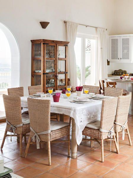 El comedor, muy natural, con una mesa fabricada por un carpintero local. Las sillas, de fibra, son de Ikea. Mantelería, de Zara Home. La vitrina es una pieza antigua. En lugar de puerta, una gran arcada comunica el comedor con la amplia terraza ...