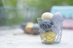 Ostern: Eier ganz natürlich färben mit Lebensmitteln und Pflanzen. Ganz ohne Chemie mit tollen individuellen Ergebnissen und zartem Pastell: https://bonnyundkleid.com/2014/04/ostereier-natuerlich-faerben/
