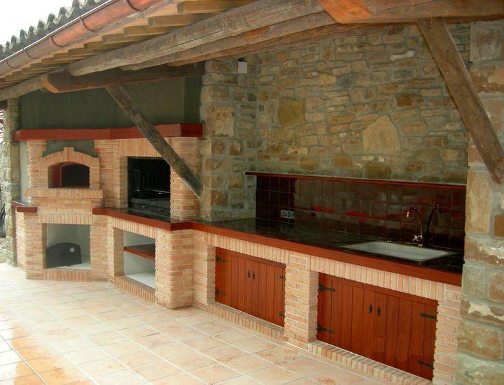 Barbacoa horno y cocina de piedra rustica para exterior for Casetas para guardar lena