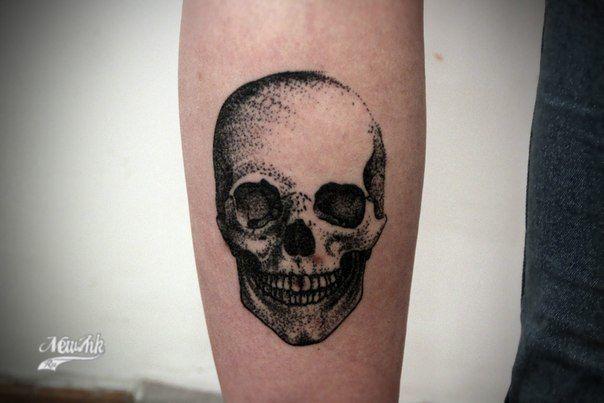 Tatouage t te de mort dotwork sur avant bras pour homme tatouage t te de mort skull tattoos - Tatouage tete de mort avant bras ...