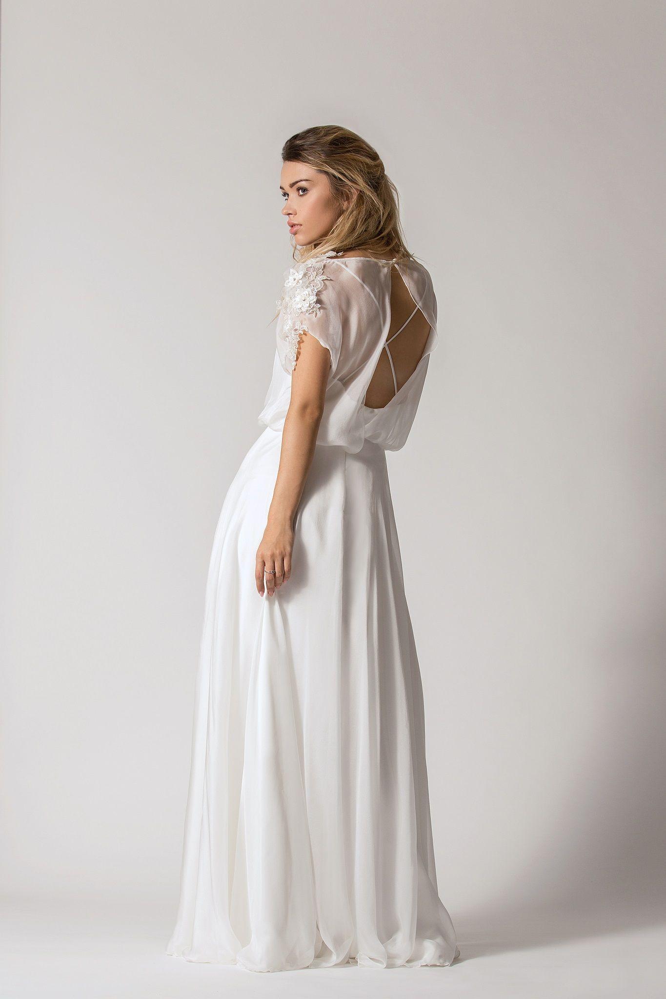 87d5c2e04b Przepiękna suknia ślubna z jedwabną spódnicą. Wierzchni top ma przepiękne  zdobienia na ramionach. Plecy na krzyż stanowią element zaskoczenia  )  Model  ...