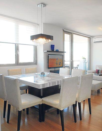 El comedor diario est equipado con muebles en laca blanca for Sillas comedor cuero blanco