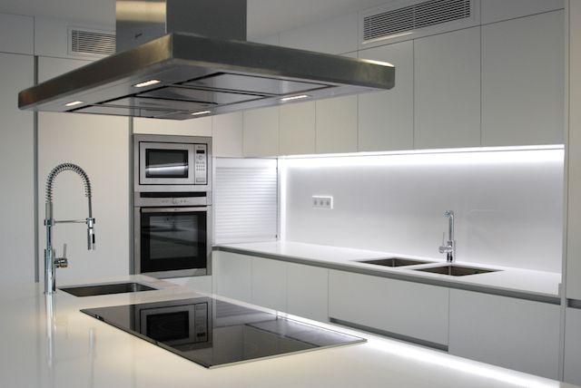 cocina contemporánea color blanco.KALEIDOSCOPE Diseño de espacios ...