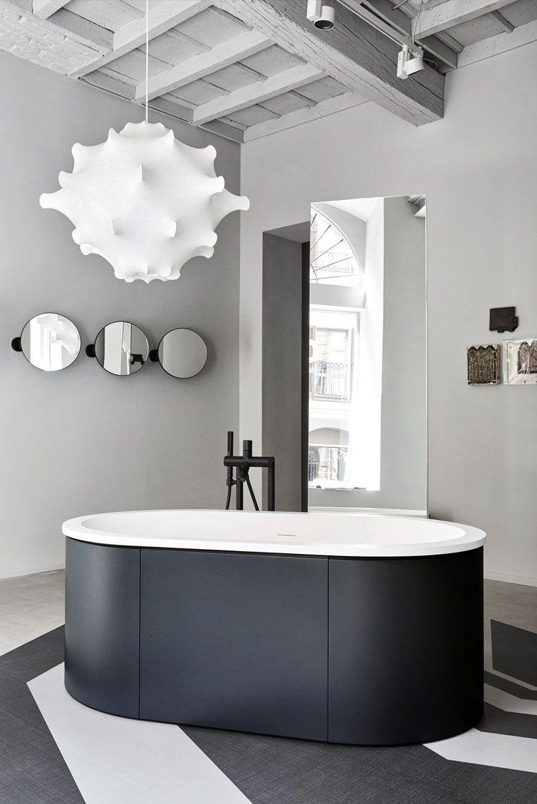 une salle de bains moderne en noir et blanc chic design baignoire luminaire gris http. Black Bedroom Furniture Sets. Home Design Ideas